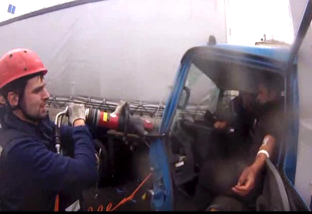 ВЧелябинске водителя грузового автомобиля зажало вкабине после ДТП сфурой