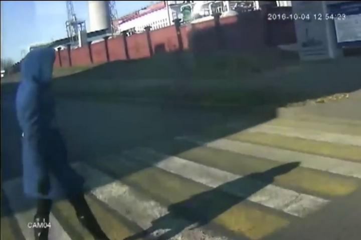 Вweb-сети интернет появись кадры наезда автобуса наженщину вКузбассе