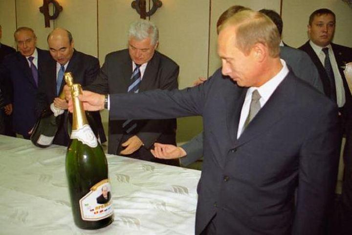 Владимиру Путину подарили именную бутылку шампанского Фото: Игорь Зенин