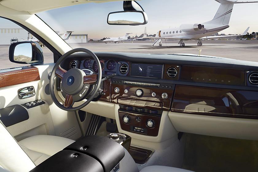Rolls-Royce Phantom внутри: кожа, дерево, металл.