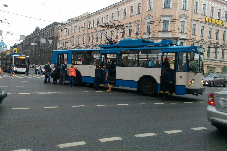 Науглу Невского иЛитейного искали бомбу втроллейбусе