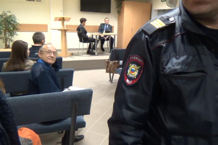 """Полиция и следователи пришли в самый разгар """"богослужения""""."""