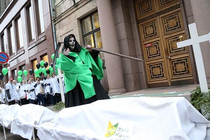 Медики устроили театрализованную акцию протеста «Ковер зеленой смерти». Фото: LETA