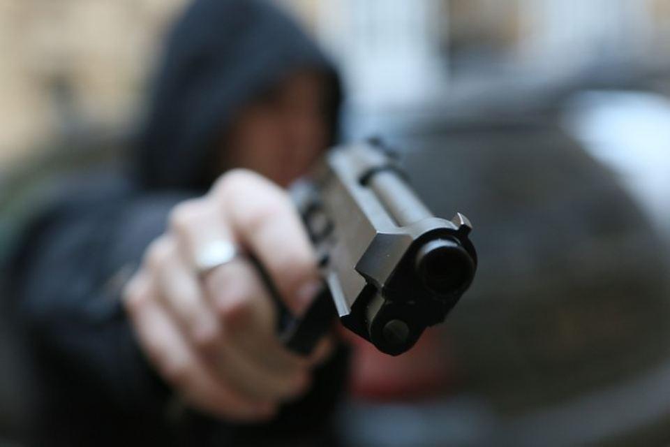 Налетчик спистолетом ограбил кабинет микрозаймов вКолпино на6 тыс. руб.