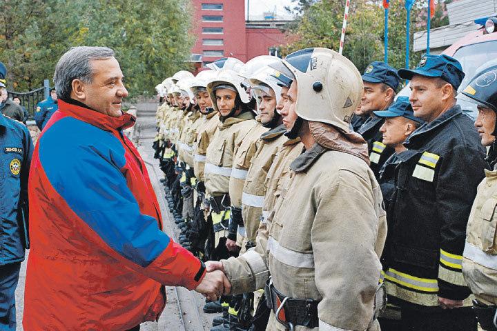 Владимир Пучков на встрече с сотрудниками 9-го отряда Федеральной противопожарной службы по Оренбургской области. Фото: Пресс-служба МЧС России