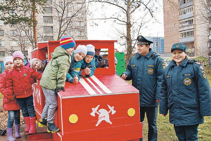 Это спички детям не игрушка, а пожарная машина - очень даже! Фото: Пресс-служба МЧС России