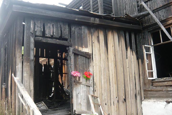 Мужчина поджег сор - сгорел дом слюдьми