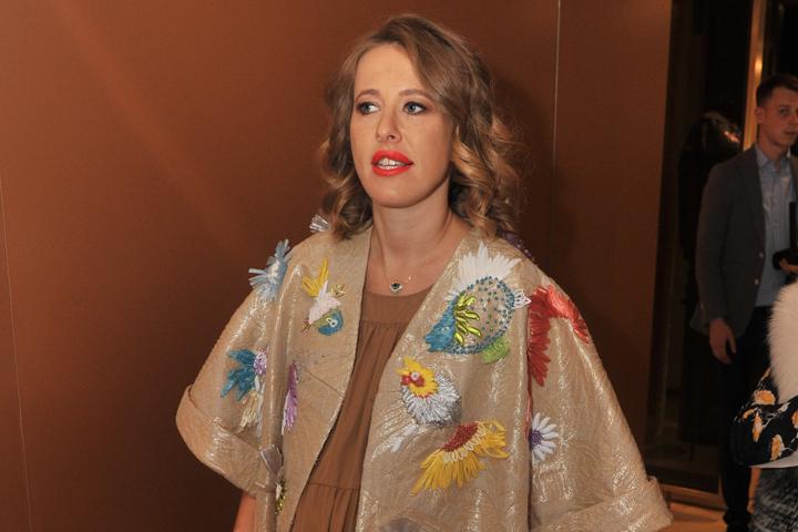 Внимательные поклонники заметили, что Собчак вместо дорогих ювелирных украшений носит на шее оберег от сглаза.