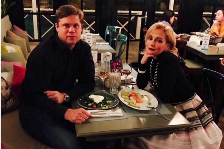 Владислав Радимов опубликовал снимок романтического ужина и дал понять всем злопыхателям, что у них с певицей все хорошо Фото: www.instagram.com/radimov02/