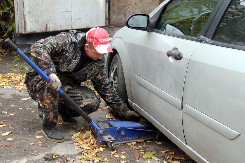 Не все автомобилисты переобувают машины к зиме.