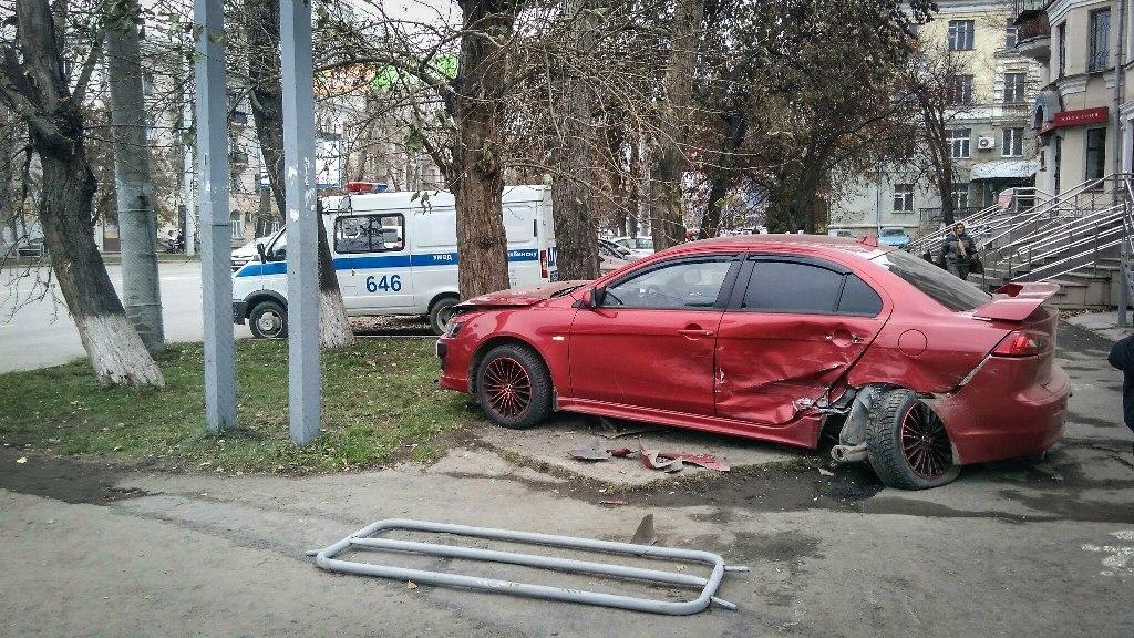 ВЧелябинске женщина сколяской чудом увернулась отвылетевшего нанеё авто