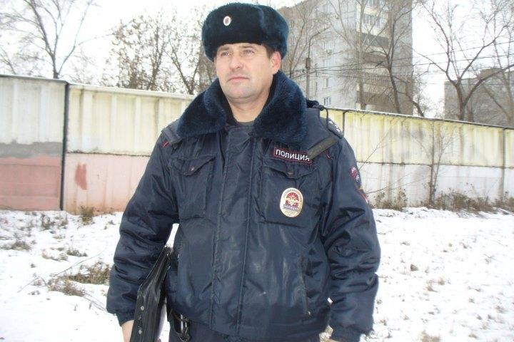Омский полицейский спас щенков при помощи масла иверевки