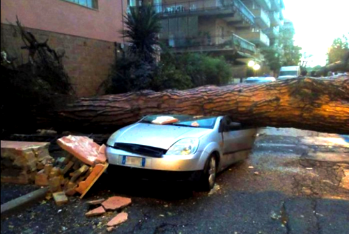 ВИталии в итоге сильнейшего урагана погибло два человека