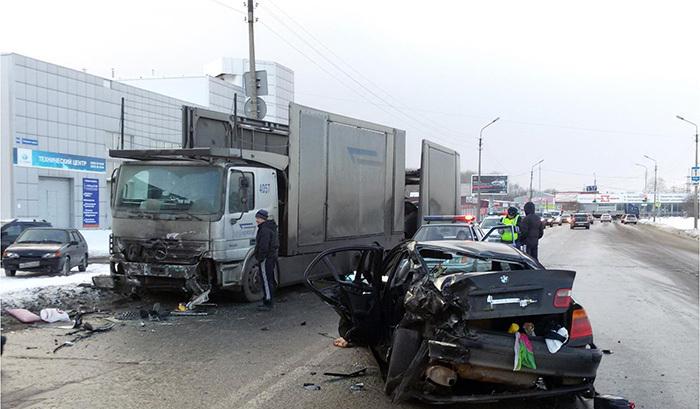 ВЧереповце шофёр «БМВ» врезался в грузовой автомобиль из-за превышения скорости