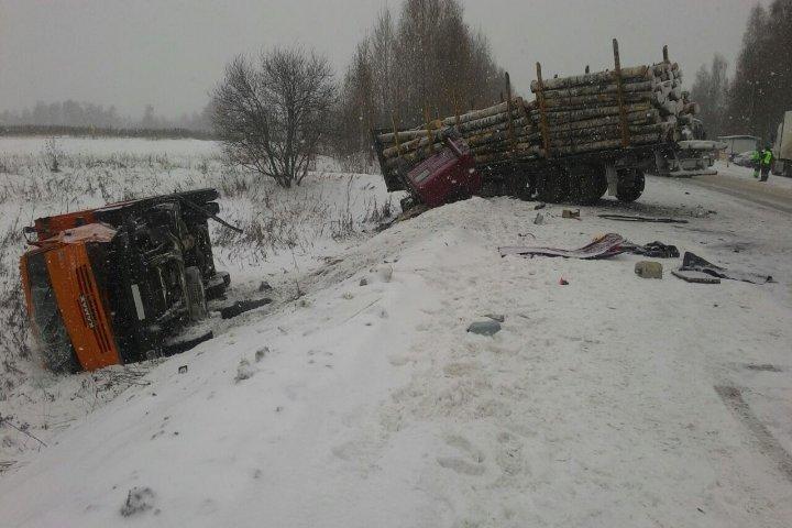 Шофёр КамАЗа умер после столкновения с 2-мя грузовиками