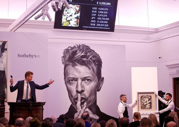 В 1-ый день торгов Sotheby`s коллекция Боуи принесла 24,3 млн фунтов