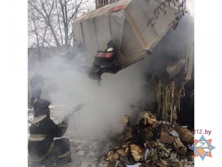Горящий мусоровоз приехал прямо впожарную часть вМинске