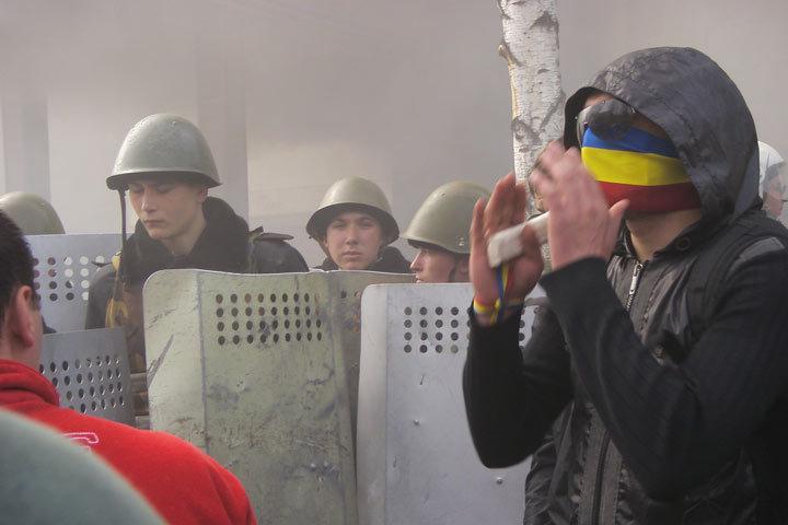 В основном протестующие - это небольшие группы, молодежь, футбольные хулиганы, студенты, школьники.