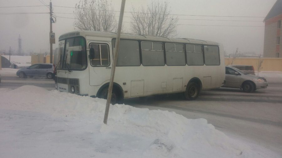 ВКрасноярске шофёр автобуса из-за сердечного приступа вылетел всугроб