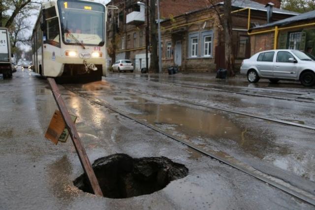 Вот на эту яму на ул. Станиславского, к примеру, внимание чиновников дважды обращал ОНФ, дело сдвинулось с мертвой точки только недавно. Фото: ОНФ.
