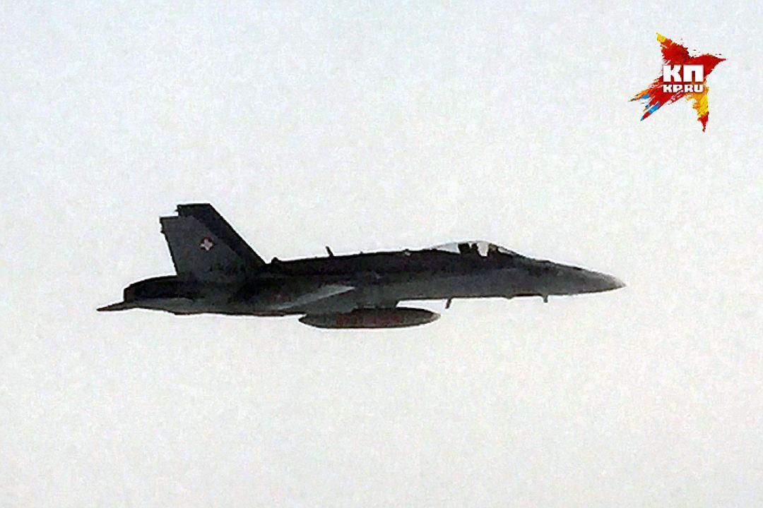 Истребитель F-18 в небе над Швейцарией
