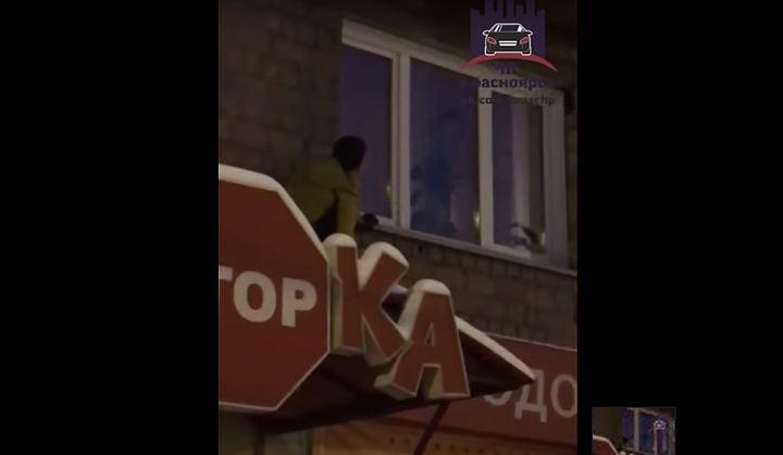 В Красноярске наказали мать 5-летнего мальчика, плакавшего возле открытого окна. Стопкадр с видео