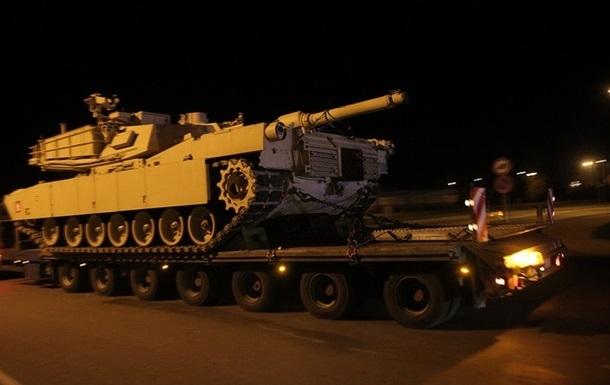 """Фото: Были замечены, конечно, не танки - только бронетранспортеры и грузовики (Из архива """"КП"""")"""