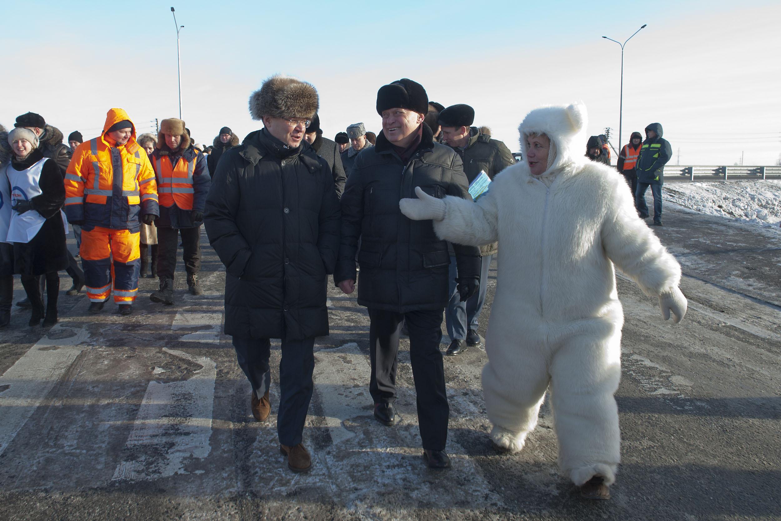 Депутат Тюменской городской Думы Альбина Селезнева на официальное открытие дороги пришла в костюме медведя. Фото: admtyumen.ru