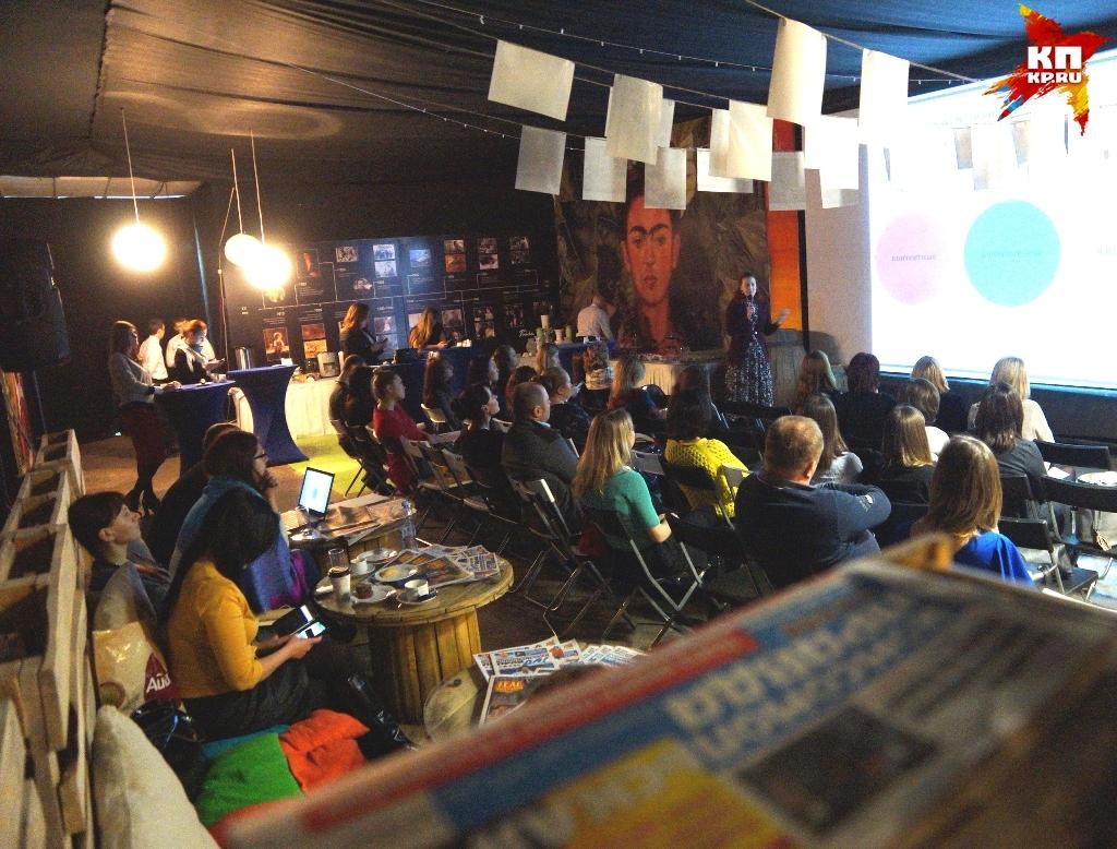 Презентация проходила в галерее с «ожившими полотнами» мексиканской художницы Фриды Кало.