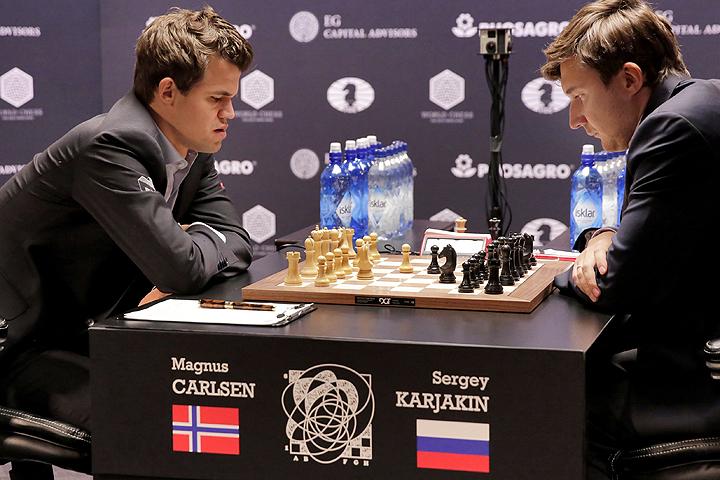 В десятой партии поединка за мировую шахматную корону победу праздновал Магнус Карлсен.