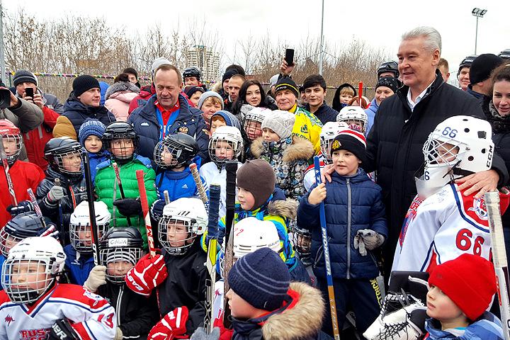 Сергей Собянин и юные хоккеисты.