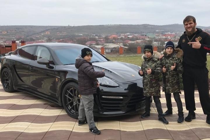 Ахмад, Эли и Адам Кадыровы с именинником и элитным презентом. Фото: instagram.com/abdul_kerim_edilov