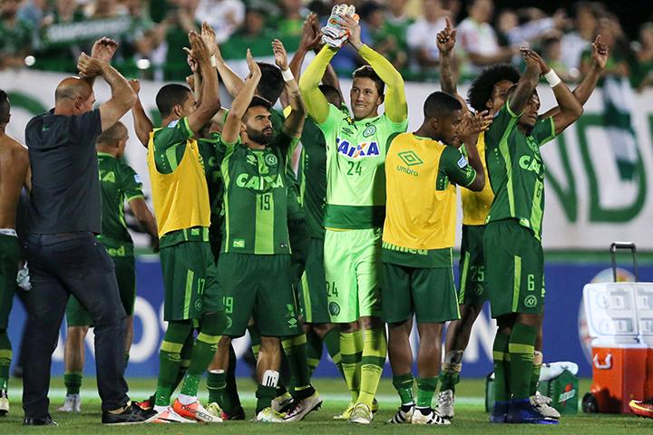 ВБразилии объявлен траур попогибшим футболистам вавиакатастрофе вКолумбии