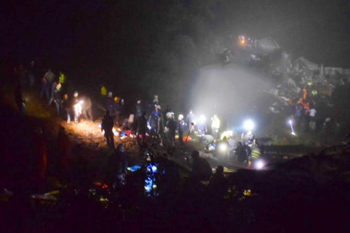 Лайнер потерпел крушение в труднодоступной местности