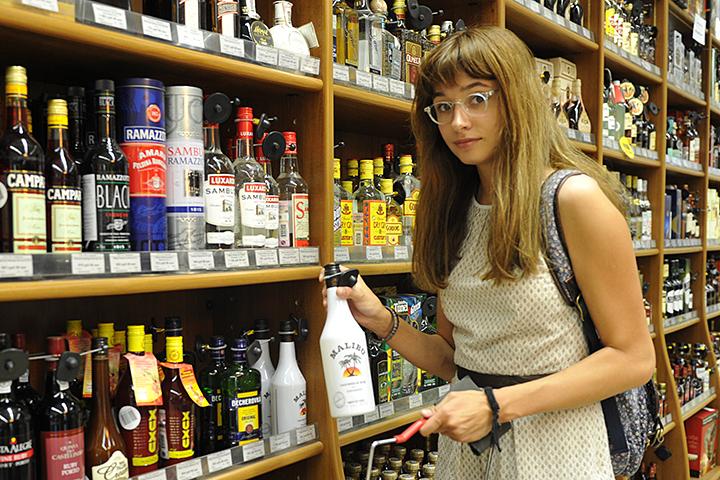 Сейчас алкоголь разрешено продавать гражданам старше 18 лет по предъявлению паспорта