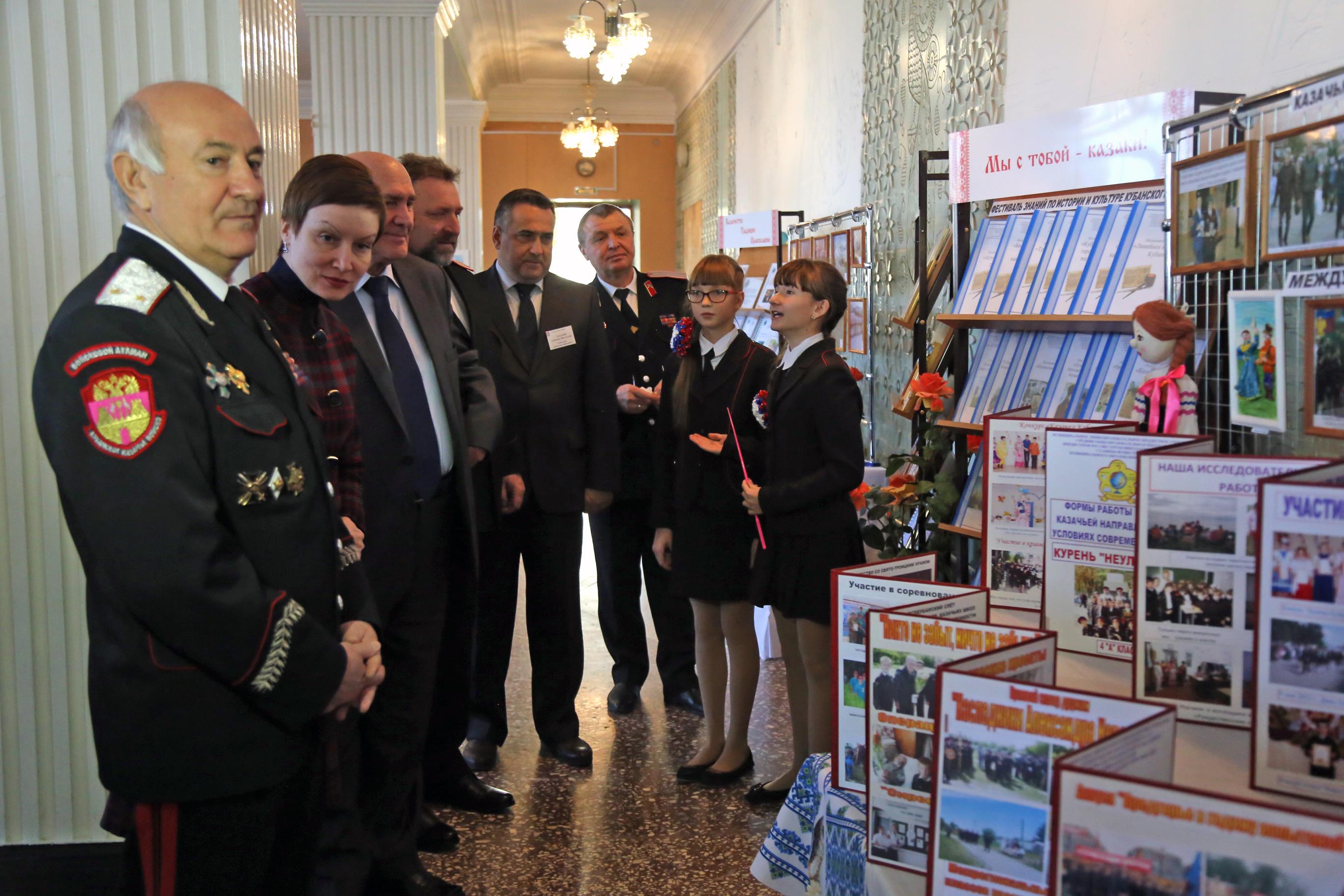 Для почетных гостей казачата провели экскурсию