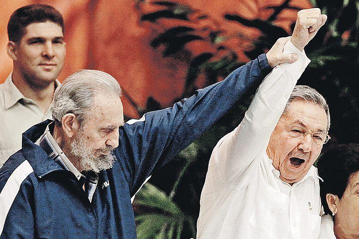 В апреле 2011 года на VI съезде Компартии Кубы Фидель окончательно передал бразды партийного и государственного руководства своему младшему брату Раулю. За пять прошедших с тех пор лет Куба с революционного пути не свернула.
