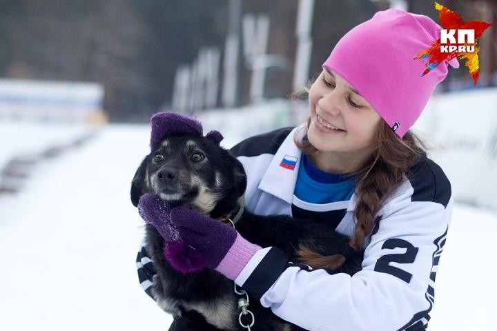 """Хоккеистки """"Рекорда"""" ищут хозяев для собак из приюта в Карлуке"""