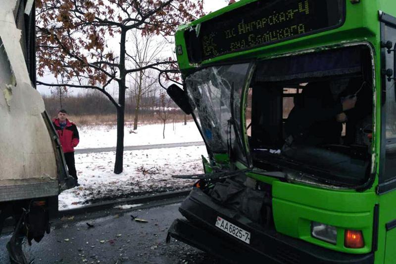 ВМинске автобус спассажирами врезался вфуру