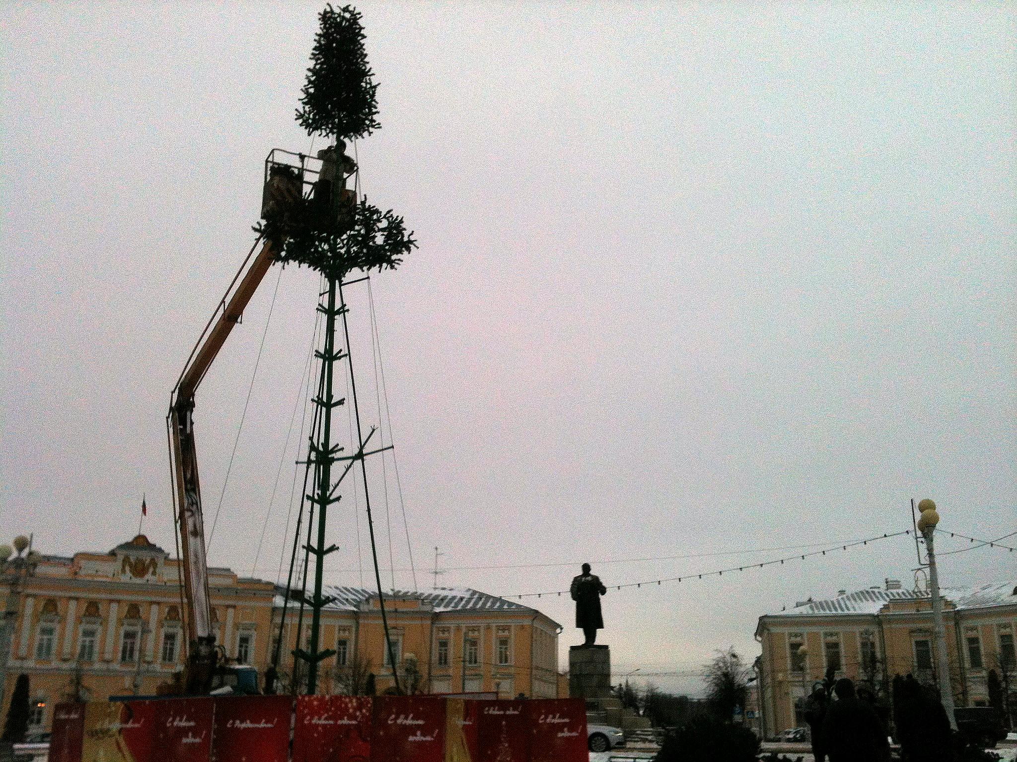 Монтаж главной елки.