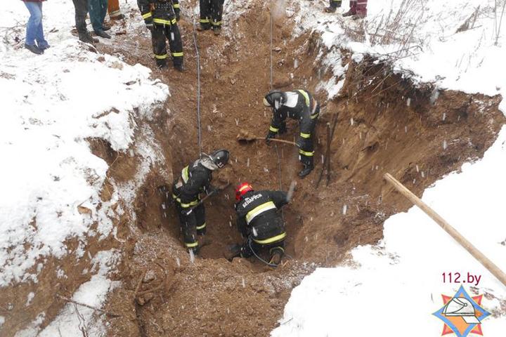 Мужчину, искавшего металл на бывшей свалке, засыпало землей. Фото: МЧС.