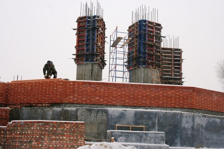 Настройплощадке храма Александра Невского вВолгограде начали возводить кирпичную кладку