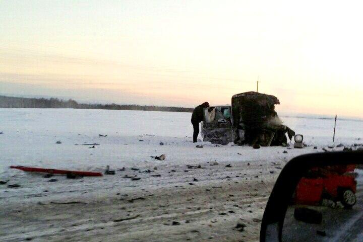 Лобовое столкновение натрассе Кузбасса: один человек умер, еще один пострадал