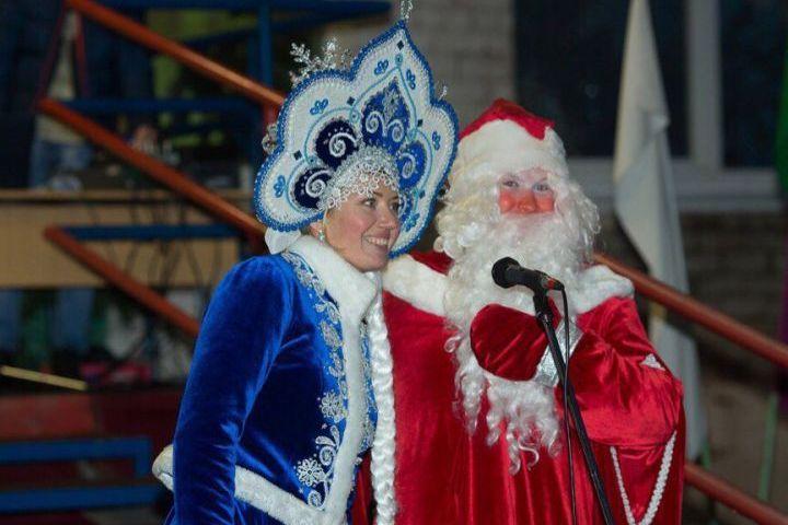 НаУралмаше прошел парад Дедов Морозов струбами, барабанами итарелками