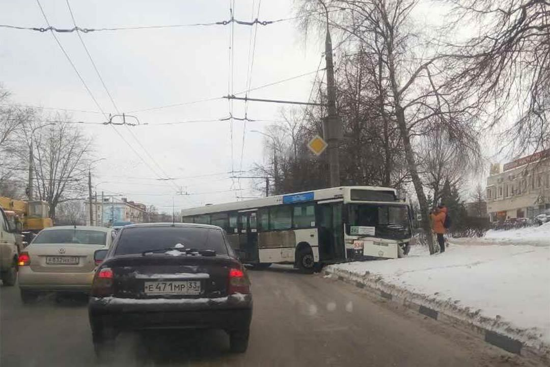 Столкнулись автобус иавтокран