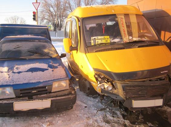 ВЧапаевске маршрутка отлетела настену после столкновения с«ВАЗом»