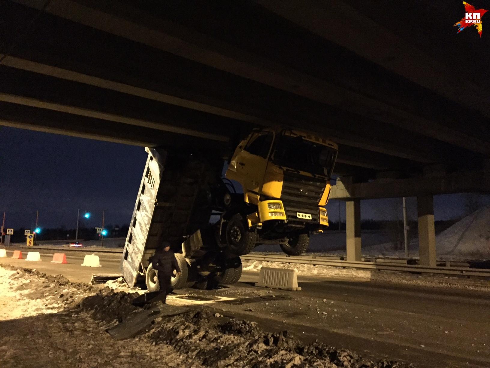 ВКрасноярске грузовик споднятым кузовом застрял под мостом