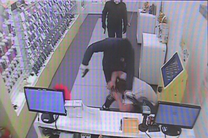 Новосибирские преступники напали насалон мобильной связи