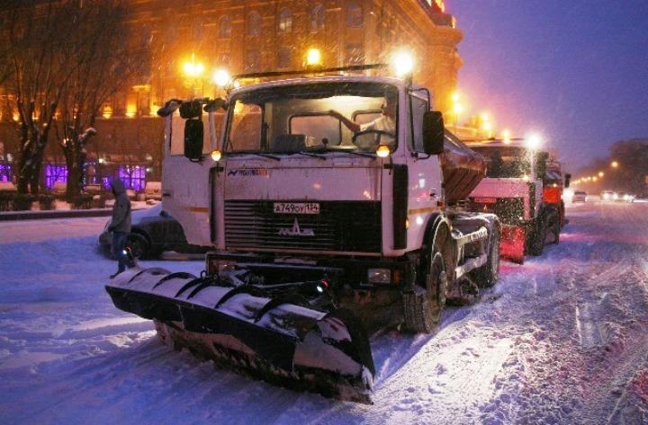 На дорогах Волгограда после ночного снегопада работают 70 машин специальной техники