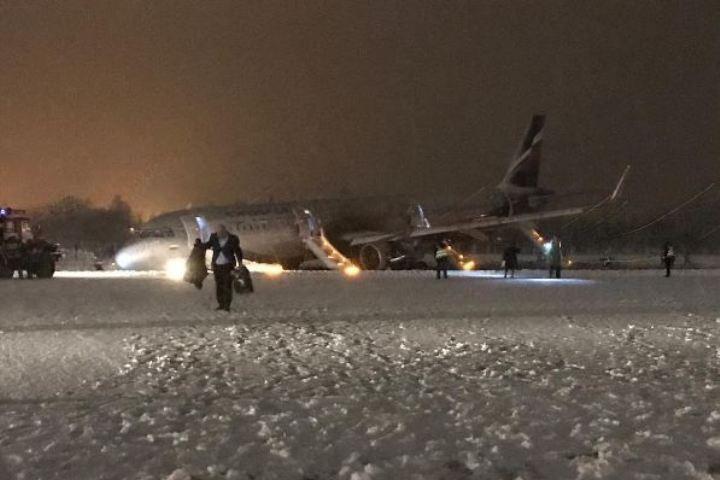 Размещены фото самолета, выехавшего запределы ВПП вКалининграде
